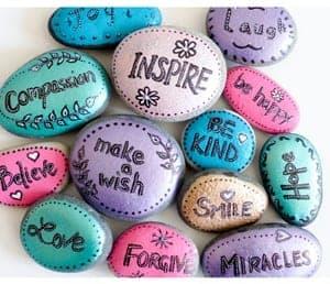 Ideas de pintura sobre rocas para niños - Artesanías para niños con rocas - acraftylife.com #kidscrafts #craftsforkids #diy