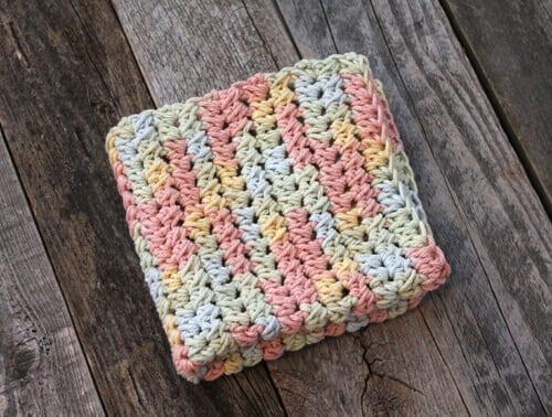 patrón de paño de cocina de ganchillo de medio doble racimo pastel imprimible gratis -amorecraftylife.com #crochet #crochetpattern #diy #freecrochetpattern