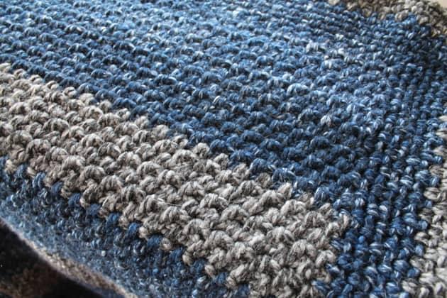 Cobertor de crochê de lã listrada grande padrão grátis para iniciantes -amorecraftylife.com Afegão de crochê de fio super volumoso - padrão de crochê para impressão gratuita - lã de marca de leão - fio grosso e rápido #crochet #crochetpattern #freecrochetpattern
