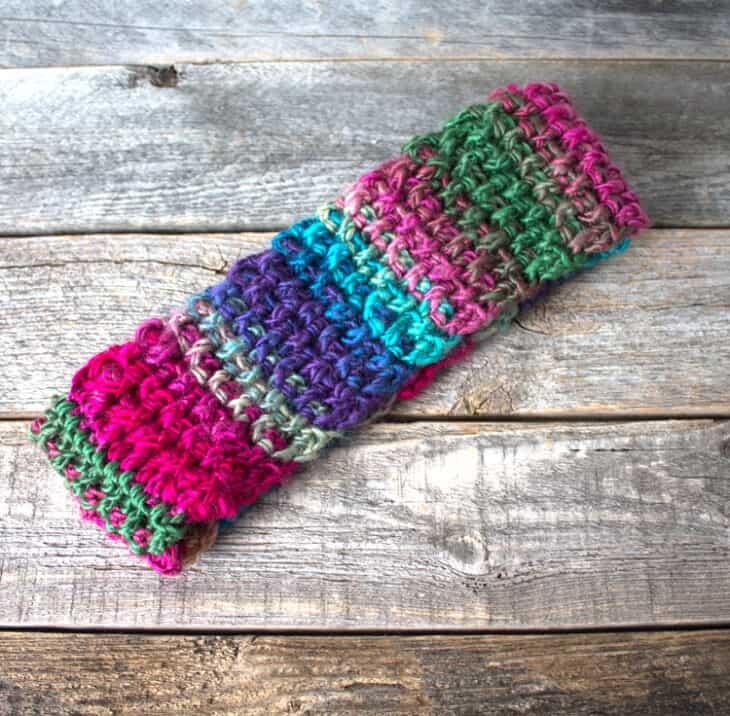 Faça um padrão de bandana de inverno.  Aquecedor de orelhas de vitral Padrão de crochê em formato de crochê PDF grátis - pdf para impressão - bandana de inverno - amorecraftylife.com Fio Inesquecível Coração Vermelho # crochê #crochetpattern #freecrochetpattern